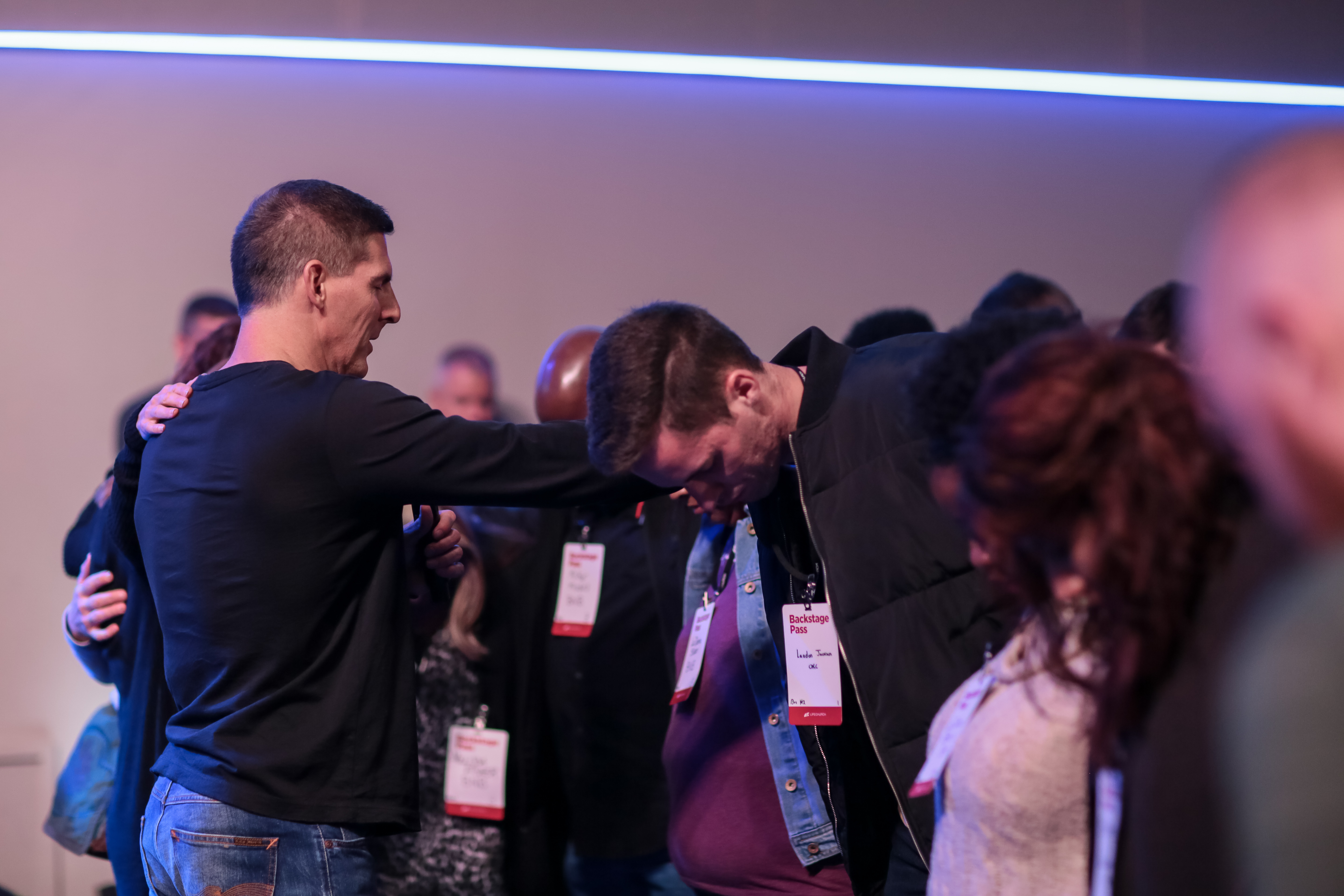 Craig Groeschel praying with congregation