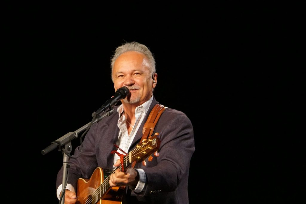 Country music legend Jimmy Fortune of the renowned The Statler Brothers joins the Jesus Calling podcast to discuss his musical journey that lead him to his latest music CD coming from the Bill Gaither Gospel Series title, God & Country